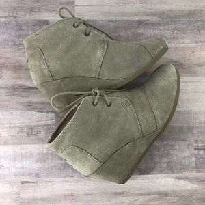TOM'S size 8 brown suede wedges